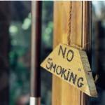 【隣人トラブル】自宅マンションの換気扇の下で吸うタバコの臭いにクレームがきた場合はどのように対処すべきなのか。
