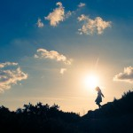 人見知りは「治すものではなく治る」もの。自分を出せる環境を見つけることが克服の近道。